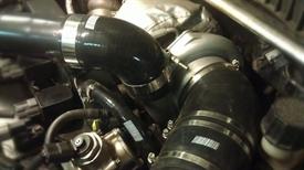 Изображение Силиконовый патрубок черный 90 градусов с переходом 76-63 мм